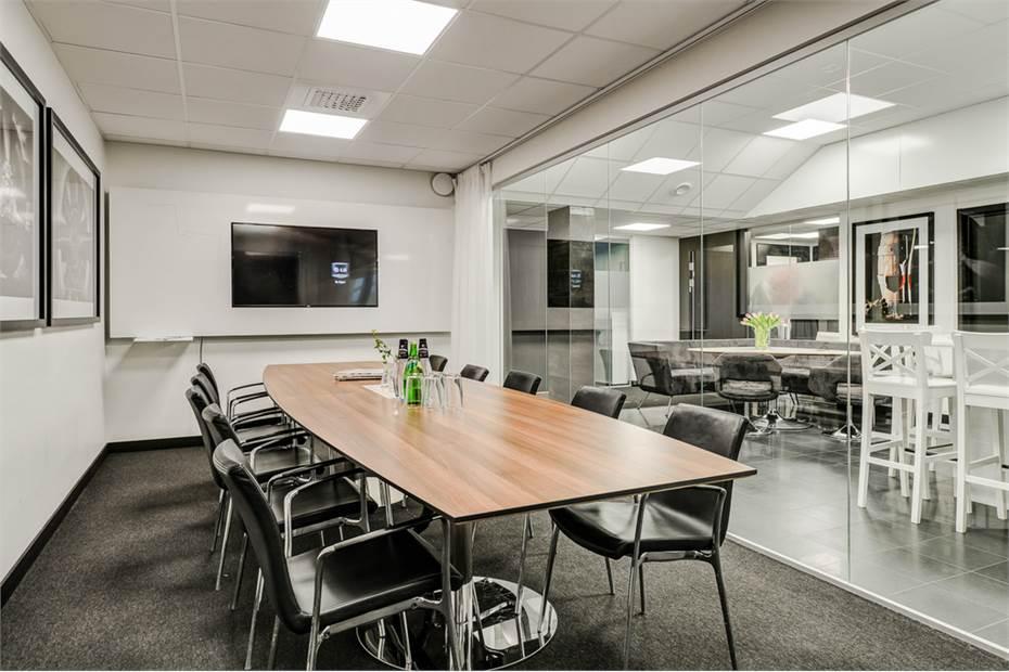 Konferensrum med glasväggar och gardiner