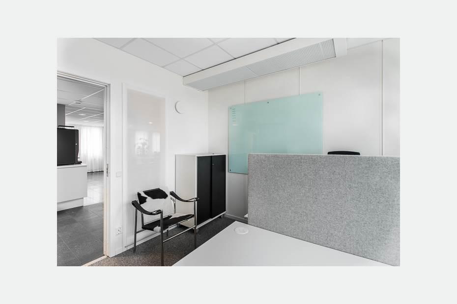 Rum mellan 13-16 kvm med plats för upp till 2 arbetsplatser