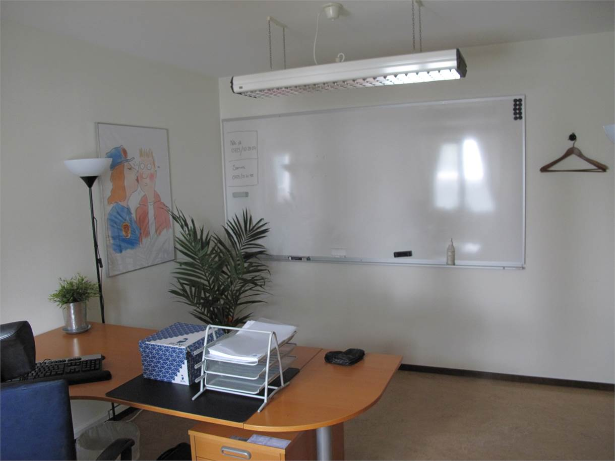 Ett kontorsrum med whiteboard.
