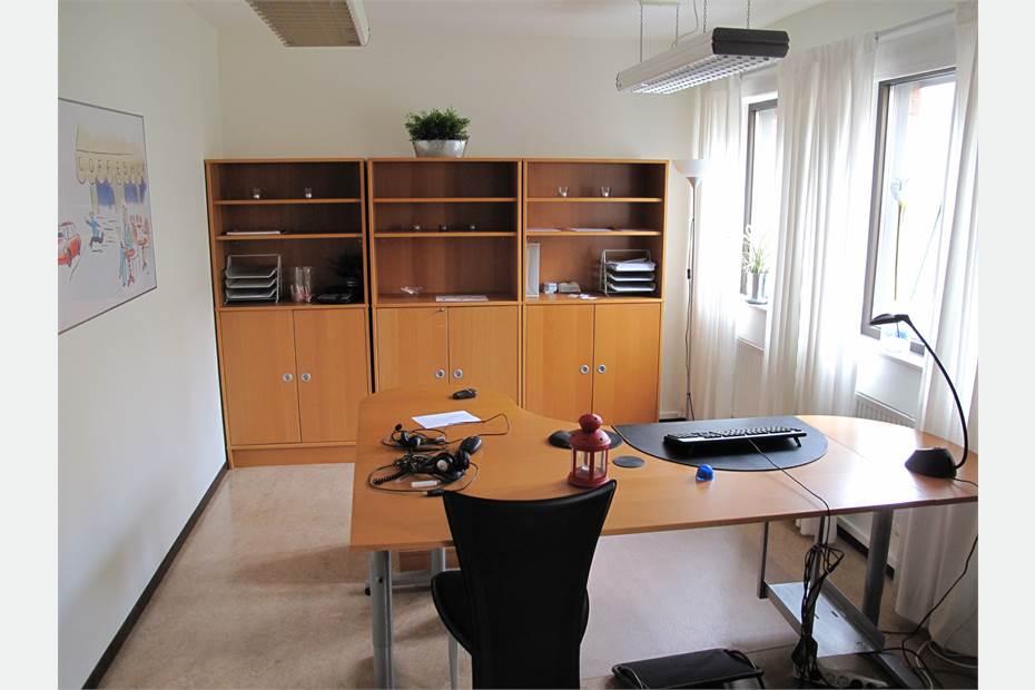 Det största kontorsrummet med tre fönster.