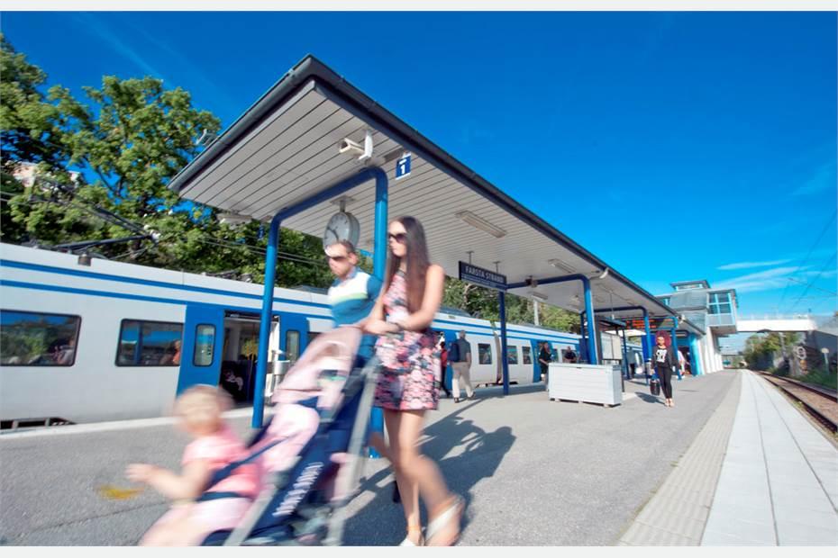 Farsta Strands pendeltågstation ligger endast ca 300 meter från fastigheten