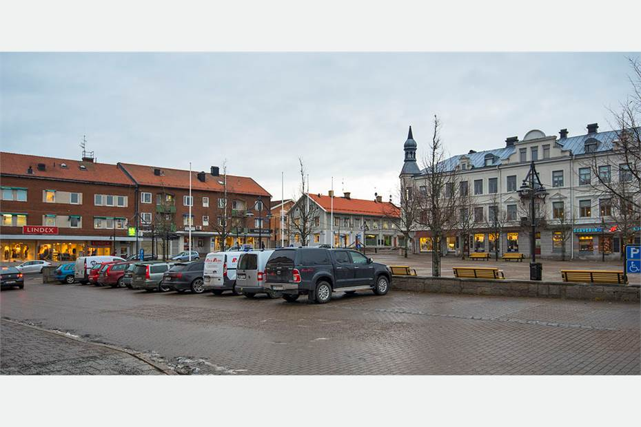 Parkering och butiker på Stortorget i Säffle