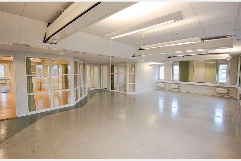 Lokalen är ljus och har en flexibel planlösning med såväl öppna som rumsindelade ytor