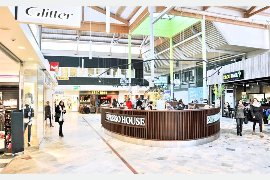 Närliggande Haninge Centrum har 80 butiker och restauranger med all service man kan önska