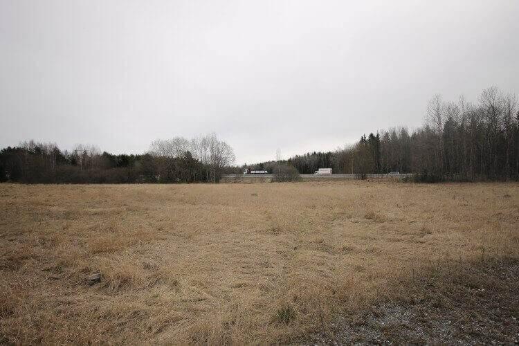 Marken uthyres avtäckt och hårdgjordklar klar för drift.