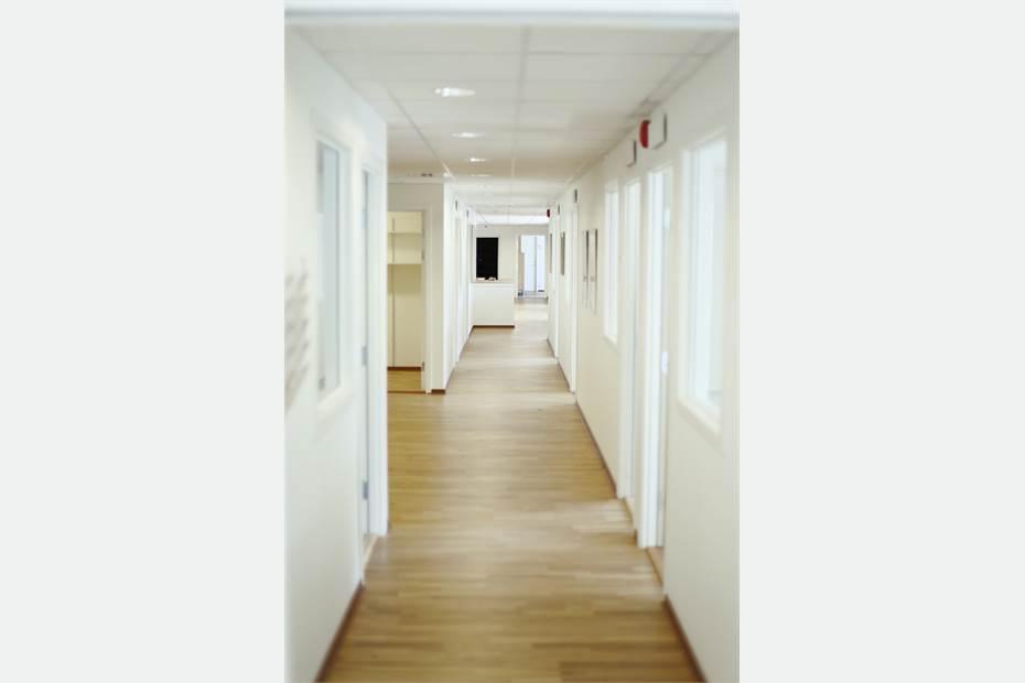 Korridor mer kontorsrum på båda sidor
