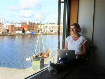 Samtliga miljöer har stora fönster med ljusinsläpp och havsutsikt