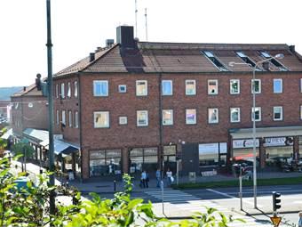 Vy med skyltfönster ut mot Drottninggatan