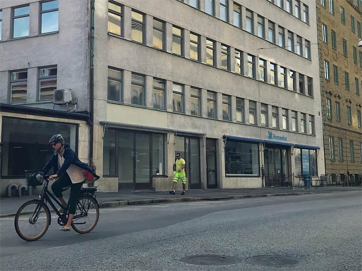 Entré och skyltfönster ut mot Ekelundsgatan