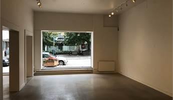 Fräsch lokal med nya golv och vitmålade väggar