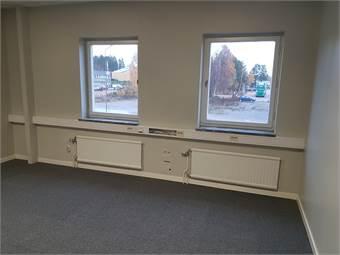 nyrenoverade kontorslokaler , heltäckningsmatta samt akustiktak.