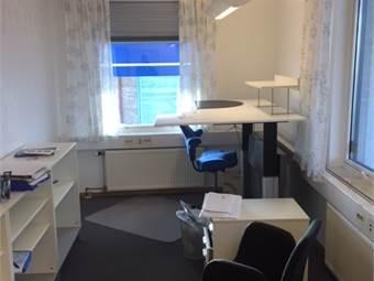 Ljust inrett hörn-kontor 18 m2