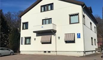 Huset liger i Frödinsgs Allé , ett område där du kan jobba i lung och ro, men ändå vara nära till affärscentrum, skolan, pizzeria&restauranger m.m.