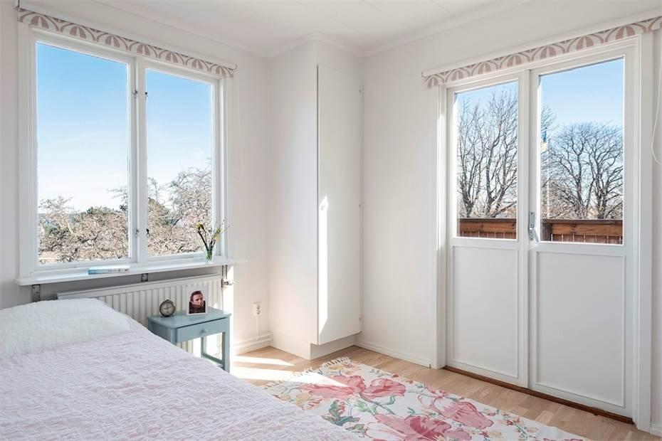 14: Sovrum 1 med utgång till balkong, övre plan
