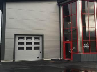 Ingång till lokalen samt garageport