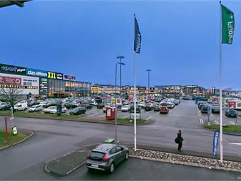 Fastigheten ligger mitt i Sisjöns industriområde. Utsikt från en av lokalerna.