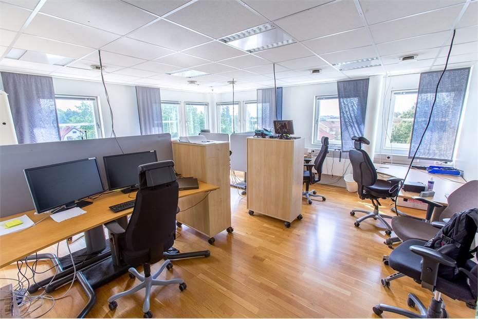 Stort kontor med flera arbetsplatser