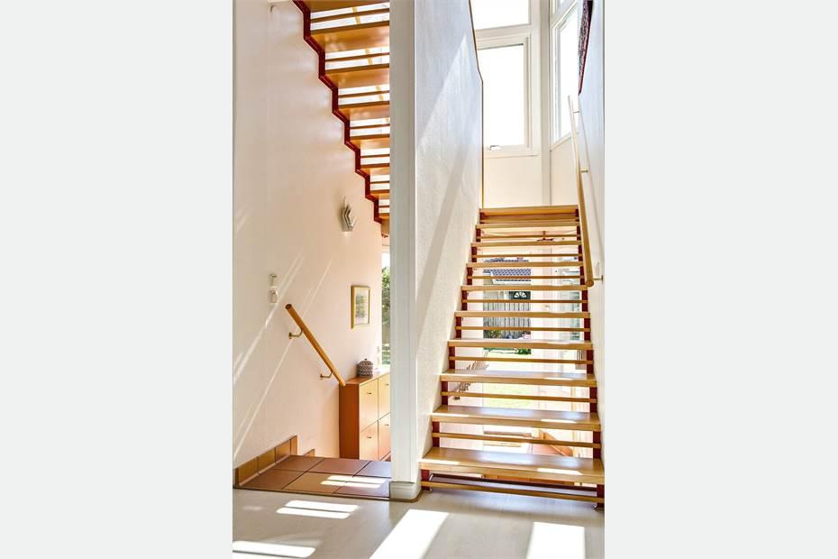 Trappa till ovanvåning och ingång
