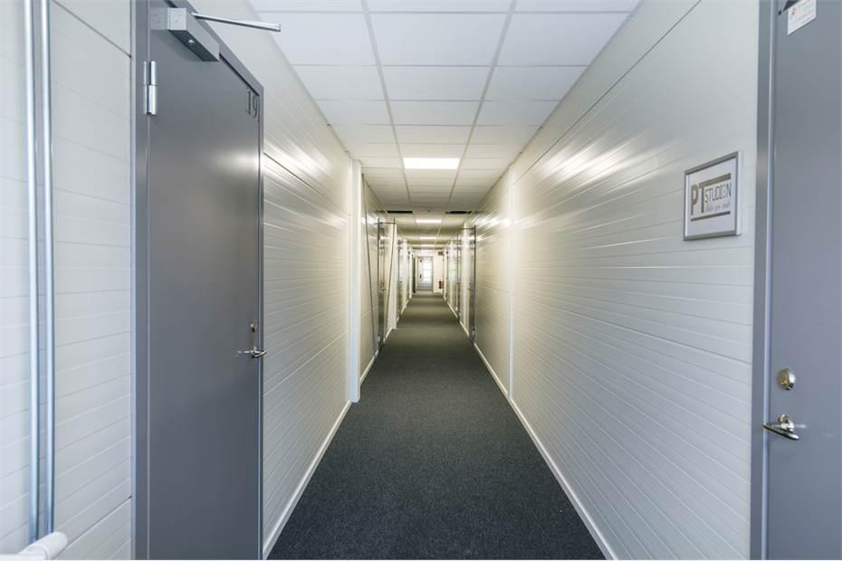 Det övre planet har tillgång till en entré samt hiss via en 1,5 m bred korridor.