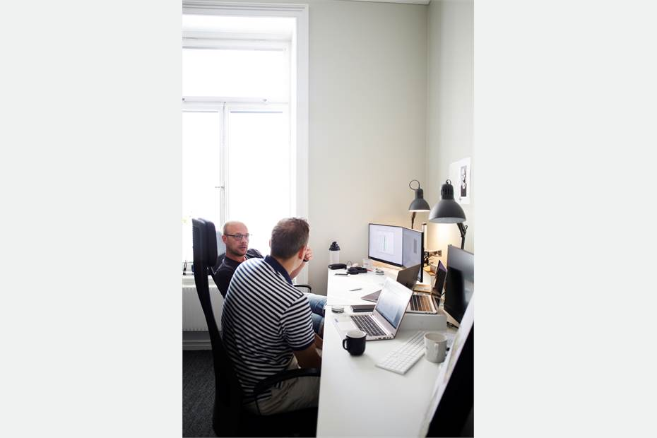 Skrivbord i kontor