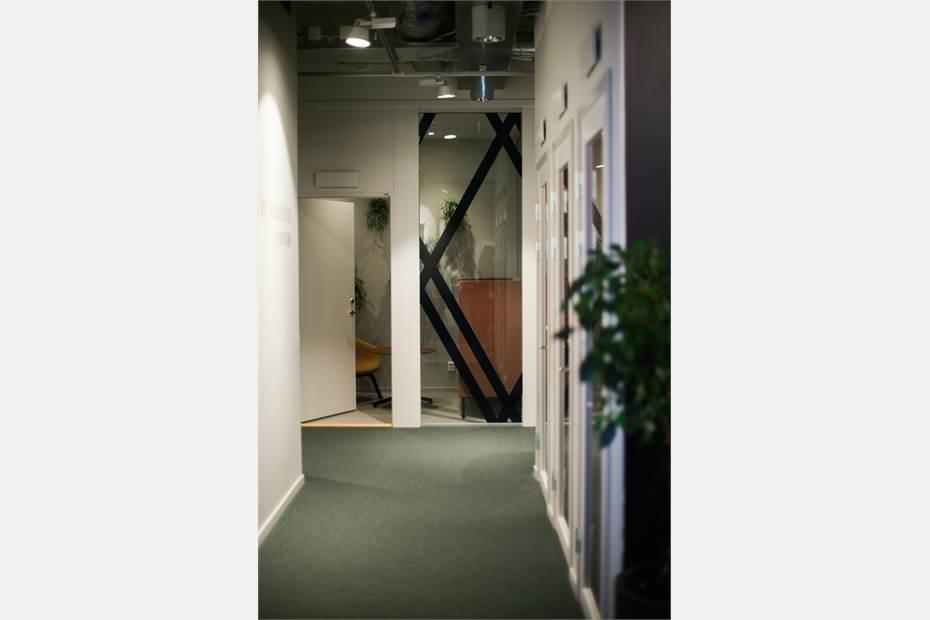 korridor bland kontoren