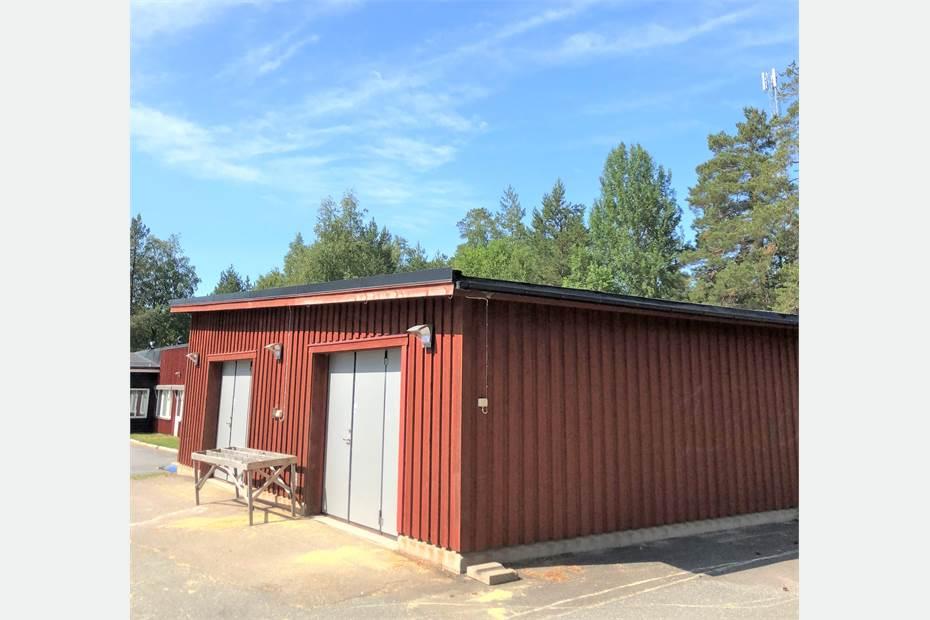 Fristående byggnad på 85 kvadrat, möjligt att använda som garage/förråd.