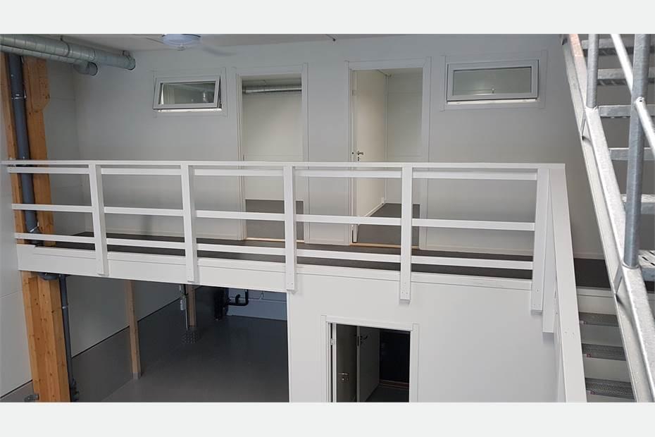 Entresolplan på nedervåning med två separata rum