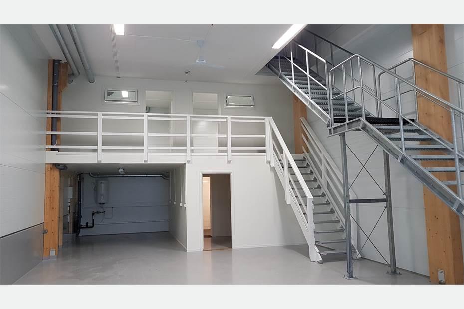 Nedervåning med entresolplan, Två separata rum på entresolplan