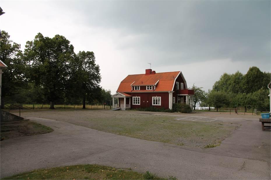 Skolgård och lilla Skolbyggnaden