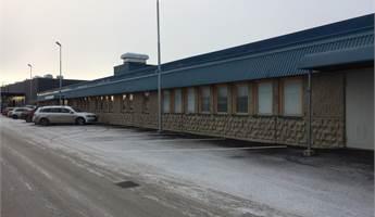 Fasad kontorsdel av lokal, parkeringar längs fasad