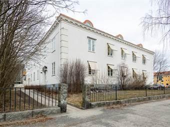 Vita villans fasad mot Storgatan
