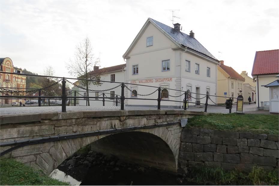 Huset ligger på andra sidan av den gamla bron över Storån