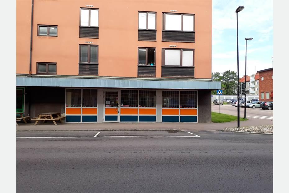 Butikslokalen ligger vid hörnet av korsningen Tegnérgatan ochTelegatan.