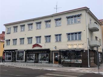 Lokalen ligger på andra våningen och har fönster ut mot Norra Järnvägsgatan