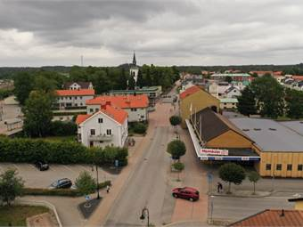 """Tallen 3 är fastigheten till höger i bild, skylt """"Järnia""""."""