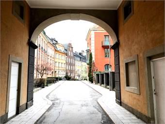 Portalen från Östermalmsgatan in till Danderydsgatan