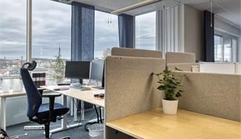 Vidsträckt utsikt i det öppna kontoret