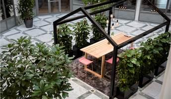 Mötesplats i atriumgården