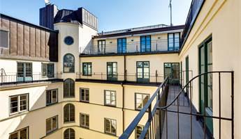 Alla rum mot innergården har en egen balkong.