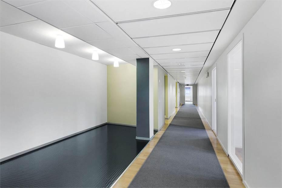 Korridorlösning med rumsindelning.