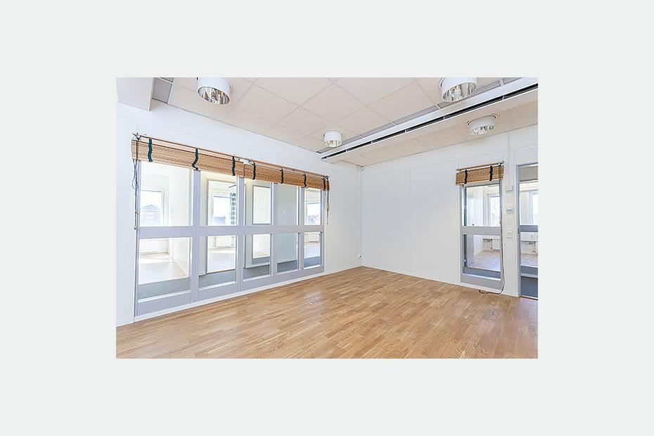 Konferenslokal med fönster mot korridoren