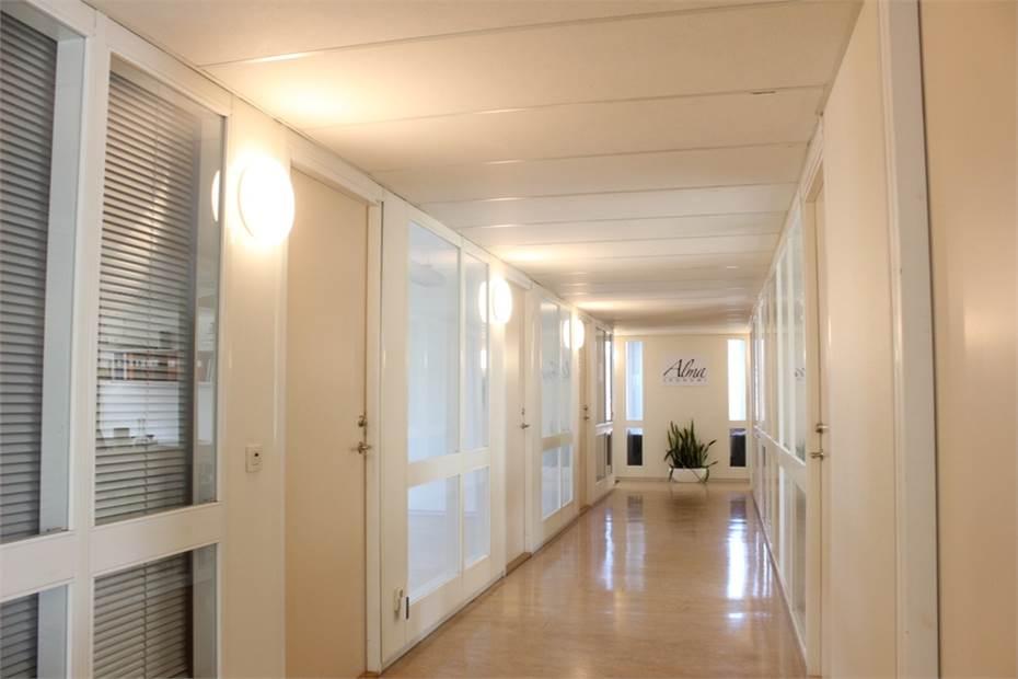 Korridor med rum om ca 24 kvm till vänster.