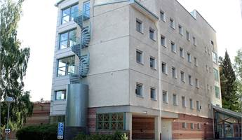 Fasad, huvudentré till höger om byggnaden