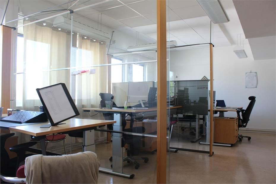 Större kontorsrum för flera sittande.