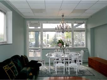 Caféyta för uppställning av några bord samt utgång till en bra yta för uteservering.
