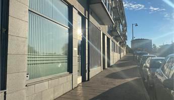 Fasad med stort glaspari mot gågatan.