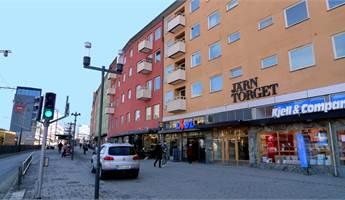 Husfasadens mycket centrala läge i Sundbyberg
