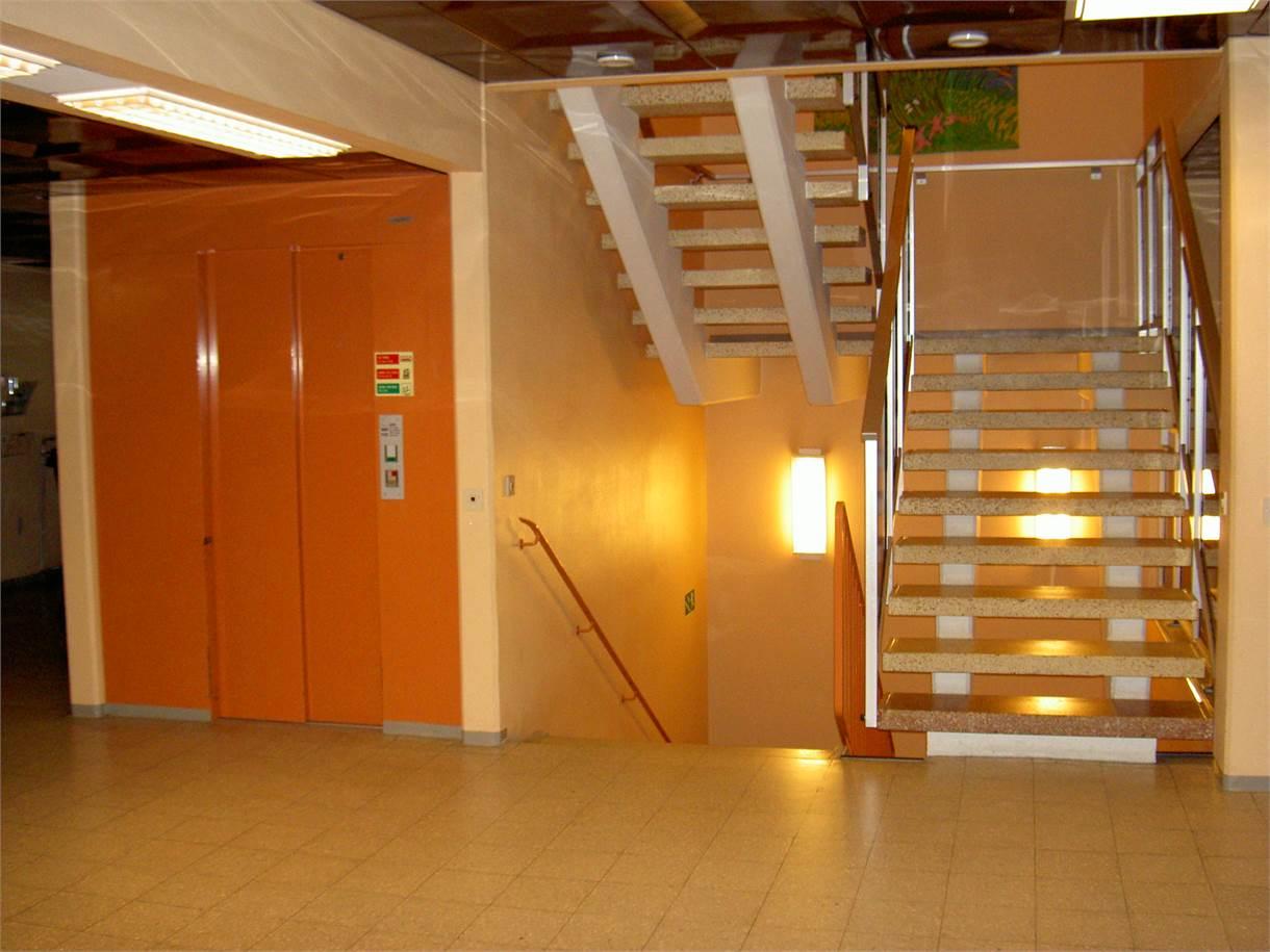 Lokalen ligger en trappa upp, hiss finns