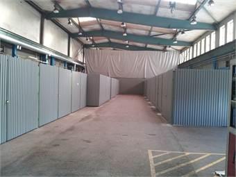 Mekplatser Garage med låsbar port i hall