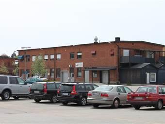 Stor kundparkering, försäljningsyta med egen entré till höger i bild.